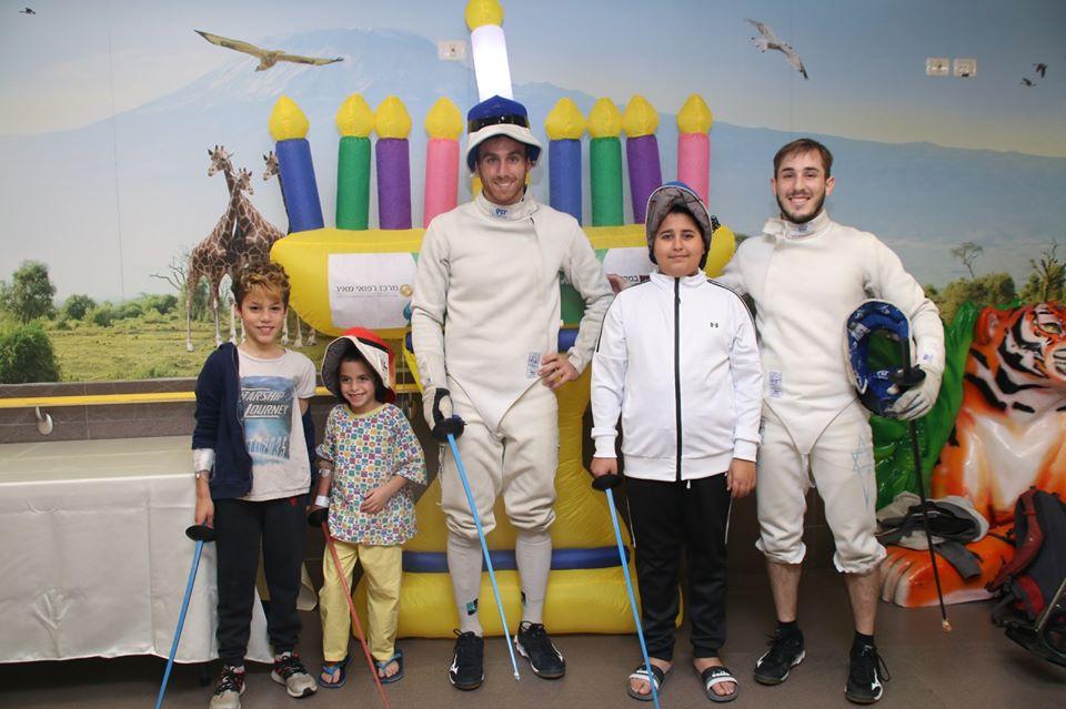 הסייפים האולימפיים של ישראל עם ילדים במרכז הרפואי מאיר