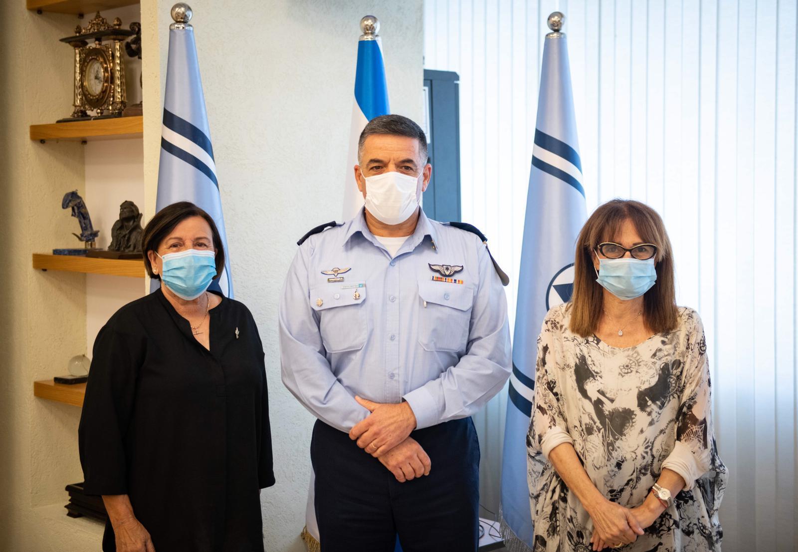 אלמנות מינכן עם מפקד חיל האוויר